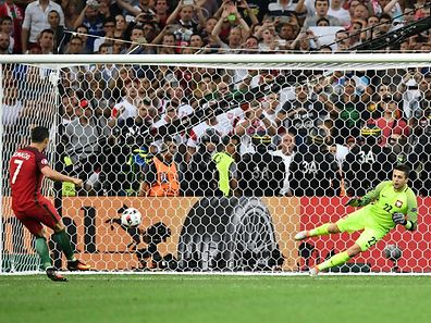 Portugal's forward Cristiano Ronaldo (L) scores the first in a penalty shoot-out  during the Euro 2016 quarter-final football match between Poland and Portugal at the Stade Velodrome in Marseille on June 30, 2016. / AFP PHOTO / BERTRAND LANGLOIS