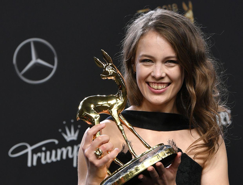 """Paula Beer freut sich bei der 70. Verleihung des Medienpreises Bambi über die Auszeichnung in der Kategorie """"Schauspielerin national""""."""