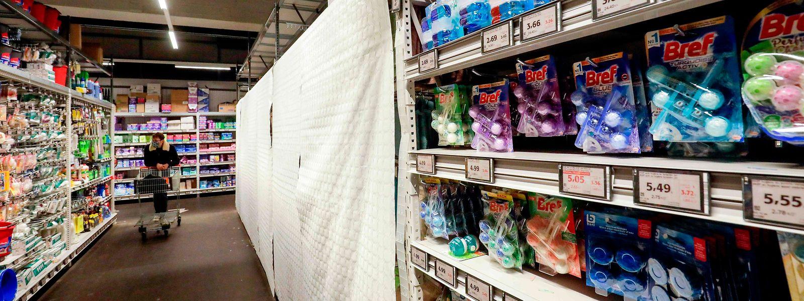 Les supermarchés devront rendre inaccessibles les rayons des produits non essentiels.