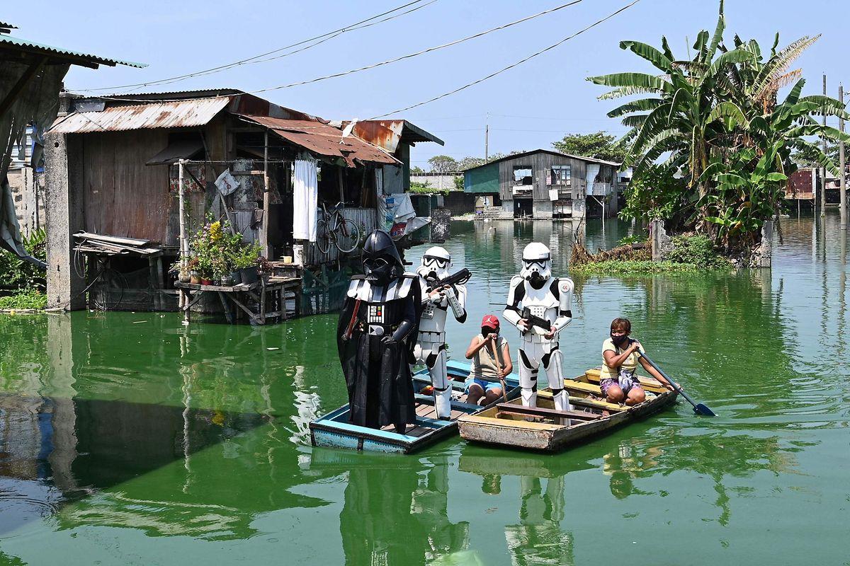 Nicht ohne die Maske - in Manila lässt man sich schon etwas einfallen, um die Bewohner daran zu erinnern.