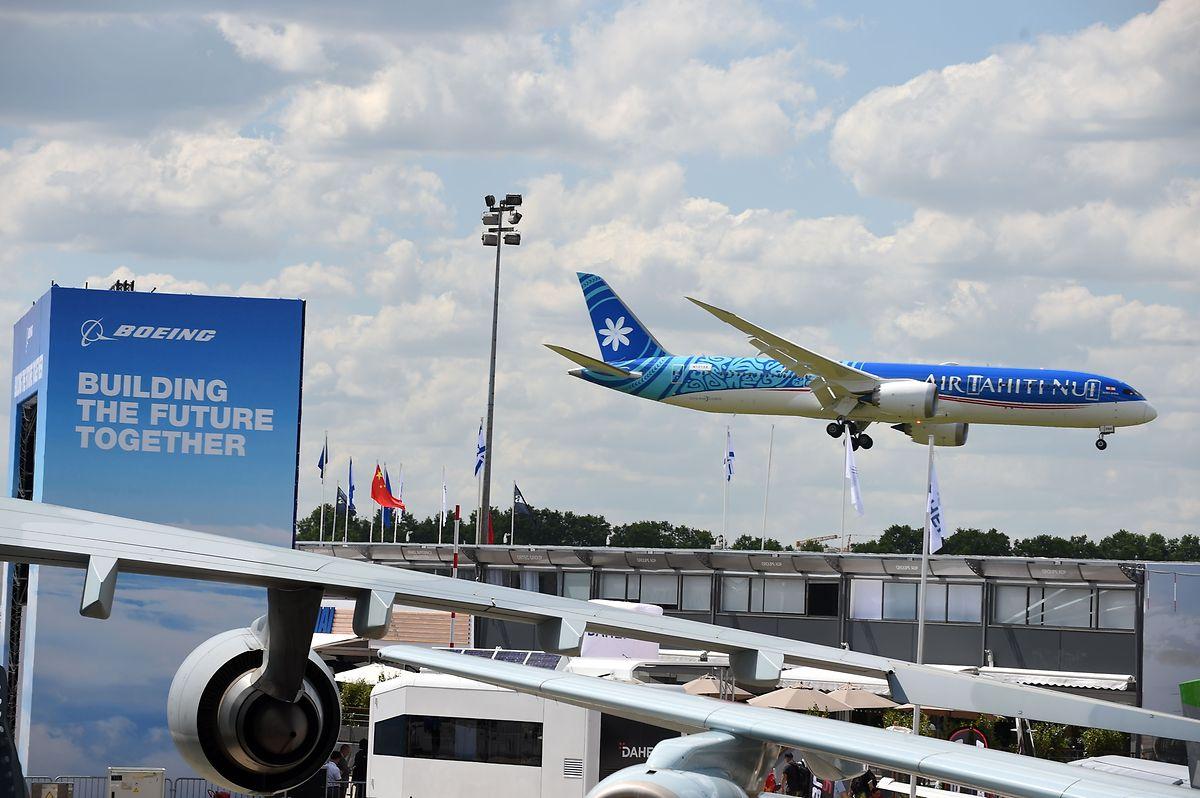 Eine Boeing 787-9  der Air Tahiti Nui landet nach einem Demonstrationsflug.