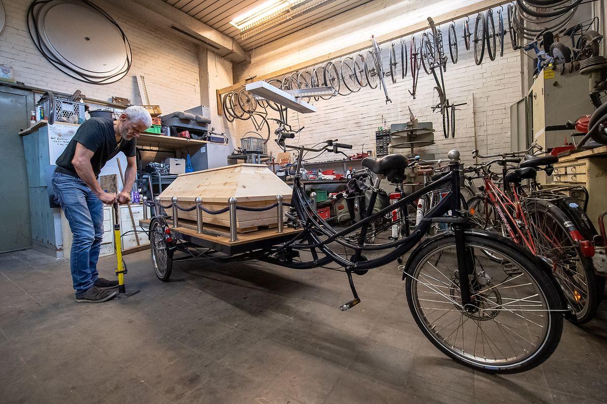 Michael Olsen arbeitet in seiner Werkstatt am Bestattungsfahrrad.