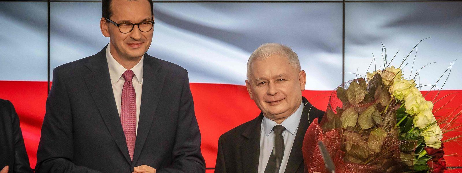 Parteichef Jaroslaw Kaczynski (r.) und Premier Mateusz Morawiecki gaben sich nach den ersten Prognosen bereits siegessicher.
