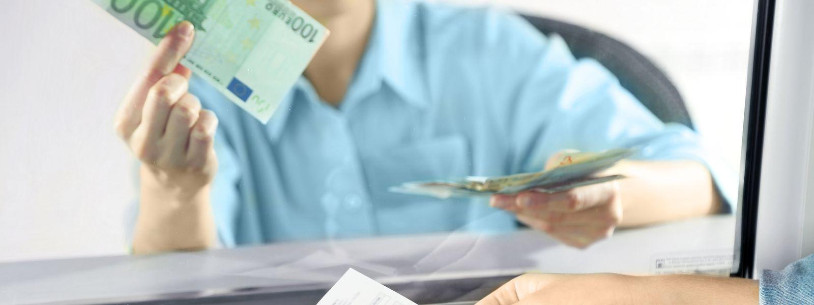 Die ULC kritisiert, dass viele Banken bei Barabhebungen am Schalter hohe Gebühren verlangen.