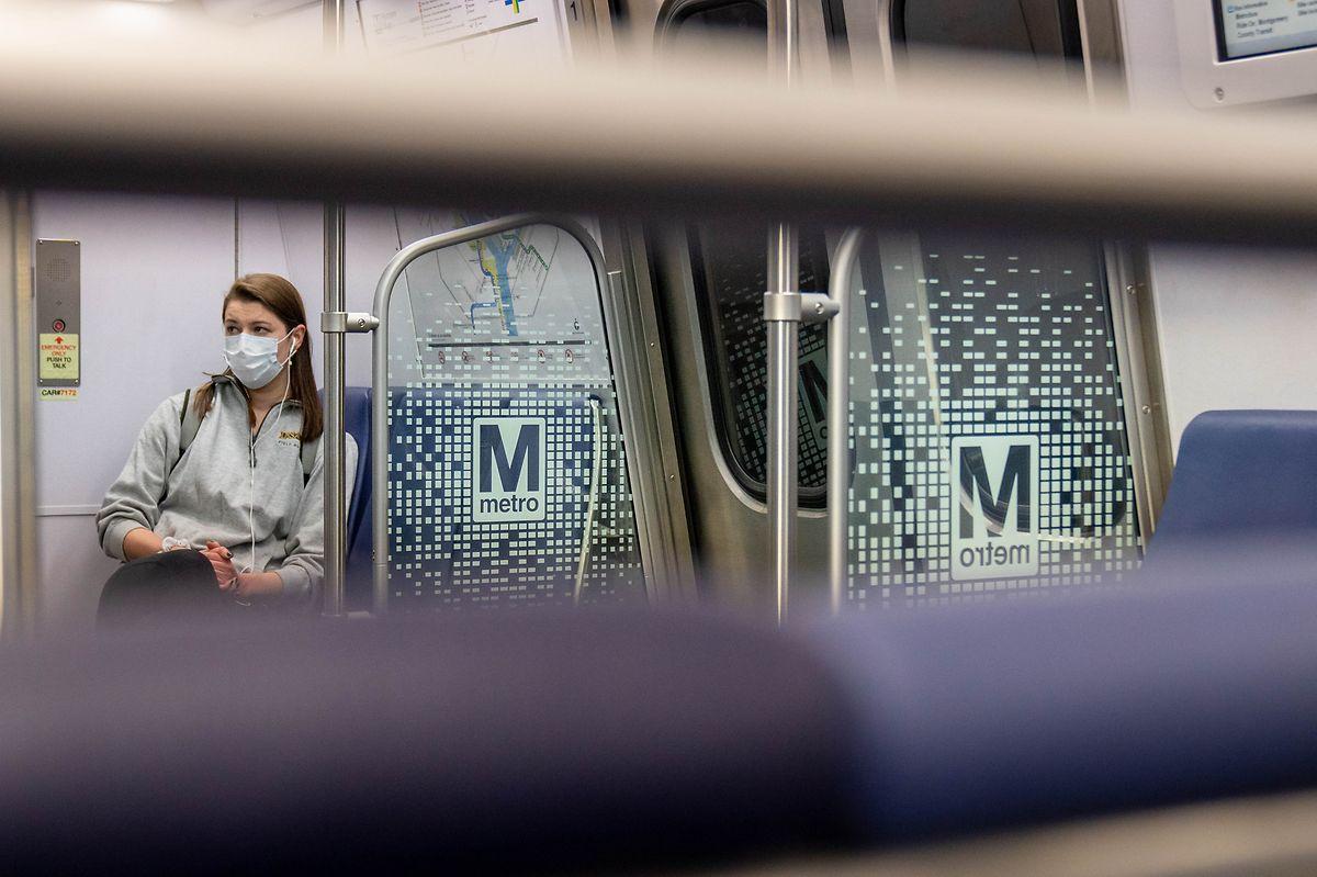 Washington: Eine Passagierin mit einer Schutzmaske sitzt in einer Metro.