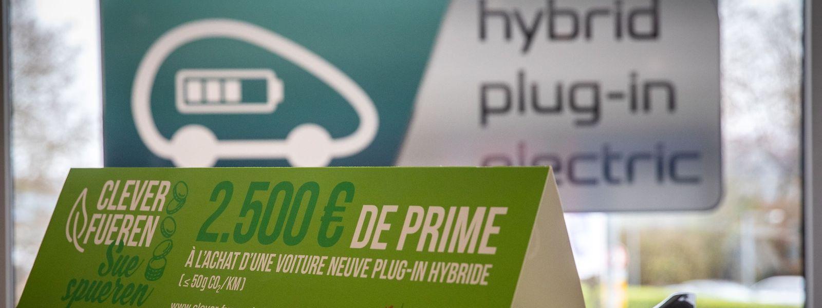 Dès le 1er avril, les aides à l'achat d'une voiture équipée d'un moteur électrique et d'un moteur thermique seront désormais réduites de 2.500 à 1.500 euros et prendront fin au 31 décembre prochain.