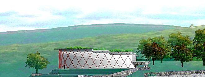 Blick über die Seebühne auf die aus Glas und Holz gestaltete Fassade des Kulturzentrums.