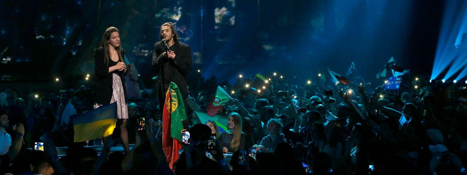 """Salvador Sobral canta """"Amar Pelos Dois"""" após vencer a final da Eurovisão em 2017, na Ucrânia."""