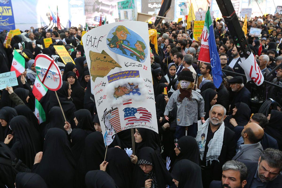 Tausende Iraner protestierten am Sonntag in Teheran.