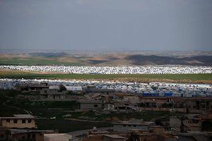 Cette photo permet d'entrevoir trois strates de la réalité irakienne. A l'avant-plan apparaissent les ruines de Hasan Sham, dans la plaine de Ninive (Mossoul, Erbil...). Ce village, occupé par Daech, a été bombardé par l'aviation américaine (le ministre luxembourgeois des Affaires étrangères Jean Asselborn y a effectué une visite en décembre de l'année dernière). Au second plan figure l'immense camp de réfugiés créé pour les déplacés de Mossoul. Plus loin à l'arrière débutent les montagnes et déserts irakiens, dont le sous-sol révèle peu à peu ses charniers.