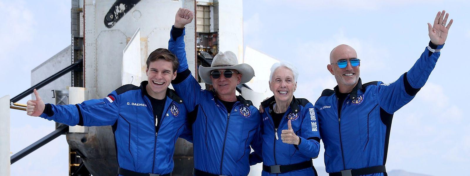 Die New-Shepard-Crew nach dem Weltraum-Flug: Oliver Daemen, Jeff Bezos, Wally Funk und Mark Bezos (v.l.n.r.).