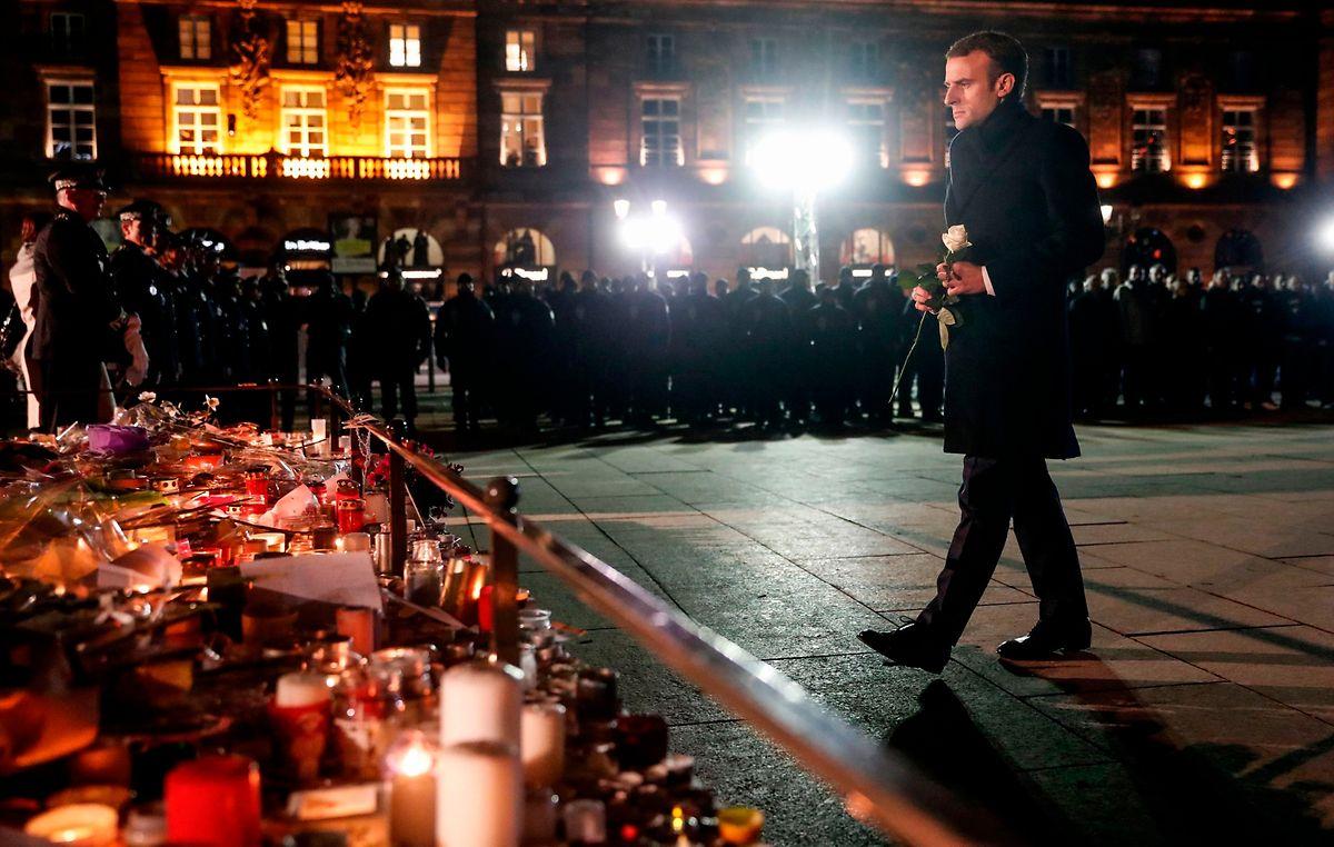 Emmanuel Macron legte eine weiße Rose nieder.