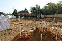 Premier coup de pelle de dix maisons unifamiliales construites par le Fonds du logement / Foto: Charlot KUHN