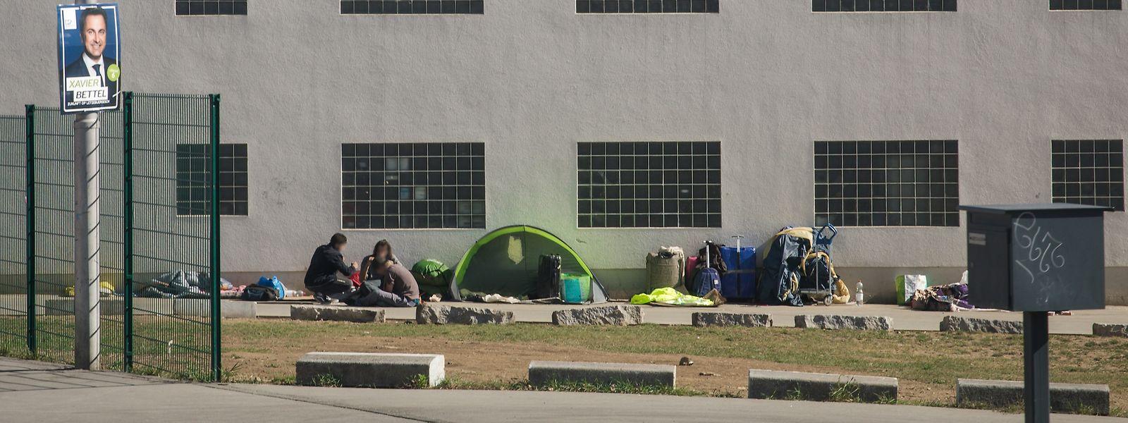Um die Fixerstube bilden sich zeitweise regelrechte Camps. Dies führt zu Konflikten mit den benachbarten Betrieben.