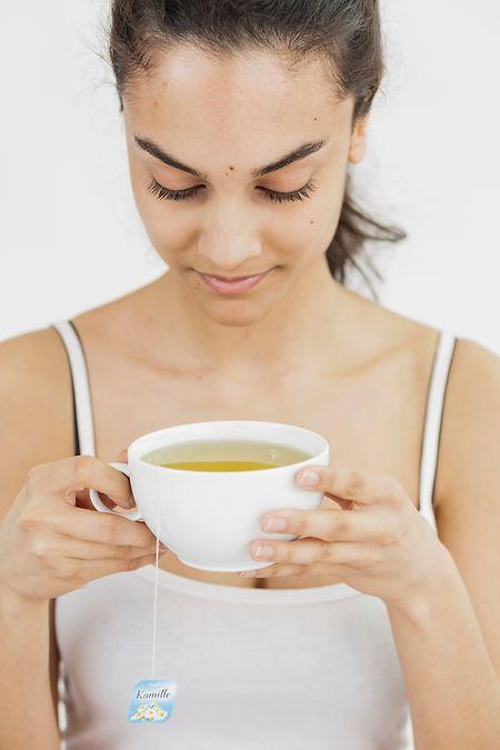 Statt den Tee nebenbei runterzustürzen, sollte man sich Zeit nehmen, ihn bewusst zu schmecken und zu riechen.