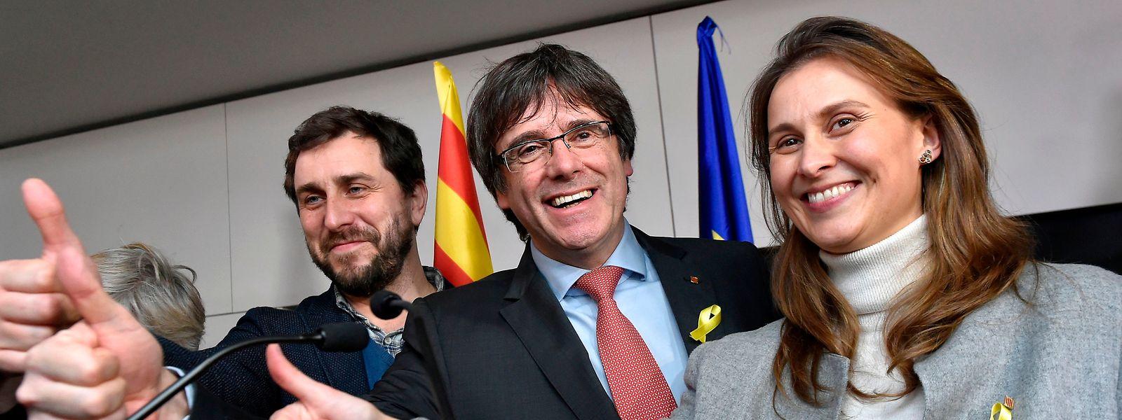 Carles Puigdemont e antigos ministros do governo regional da Catalunha