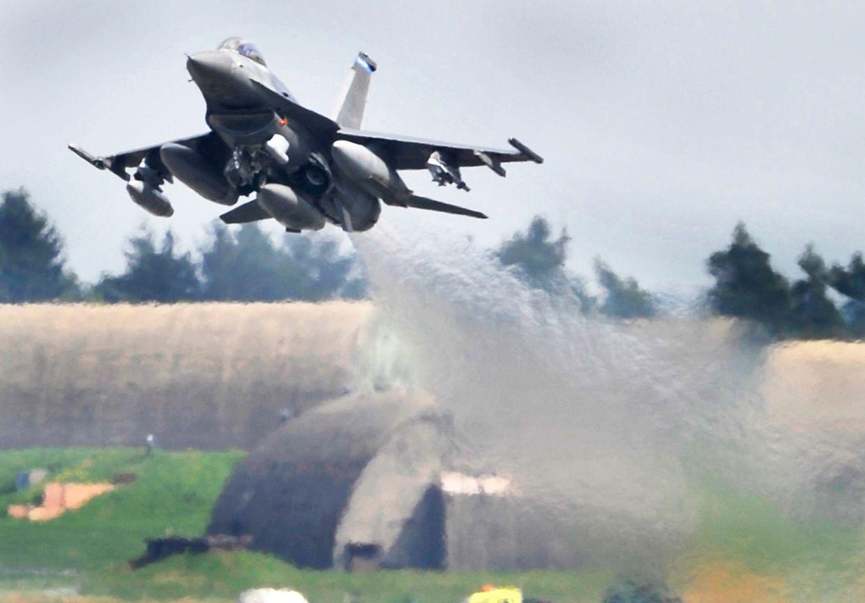 Rheinland-Pfalz, Spangdahlem: Ein US-Kampflugzeug vom Typ F-16 Falcon startet auf der Airbase.