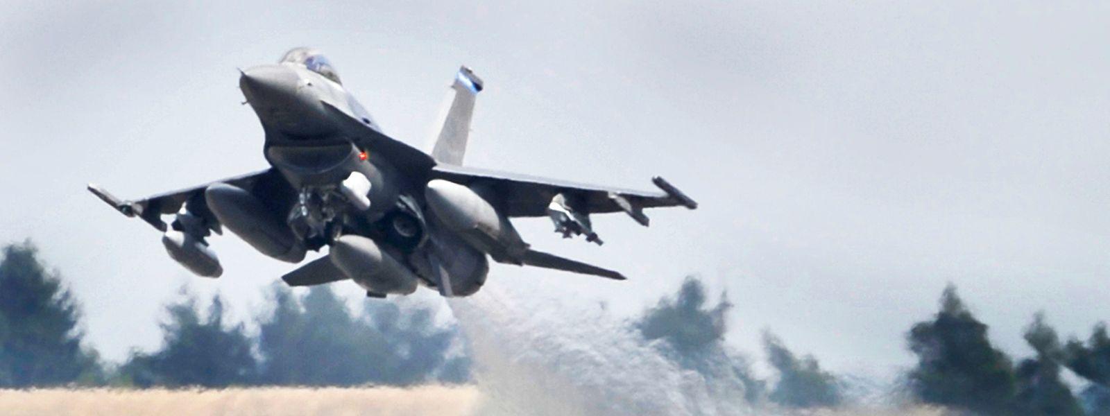 Spangdahlem in der Eifel: Ein US-Kampflugzeug vom Typ F-16 Falcon startet auf der Airbase.