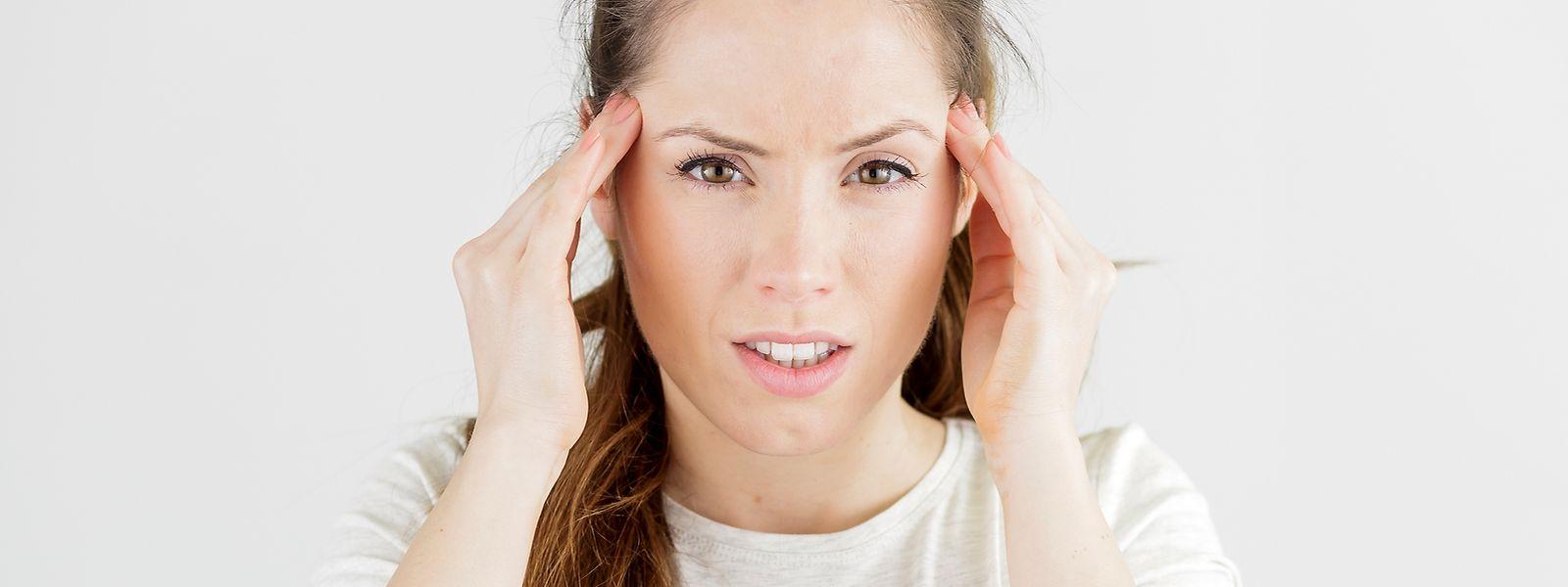 Eine Migräne-Attacke kommt oft ohne Vorwarnung. Die pulsierenden Schmerzen werden durch Bewegung nur noch schlimmer. Hinzu kommt oft Übelkeit und Erbrechen, Licht- oder Lärmempfindlichkeit.