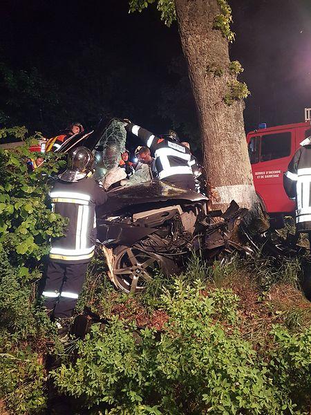 Die Rettungskräfte mussten den Fahrer aus dem Fahrzeug befreien.