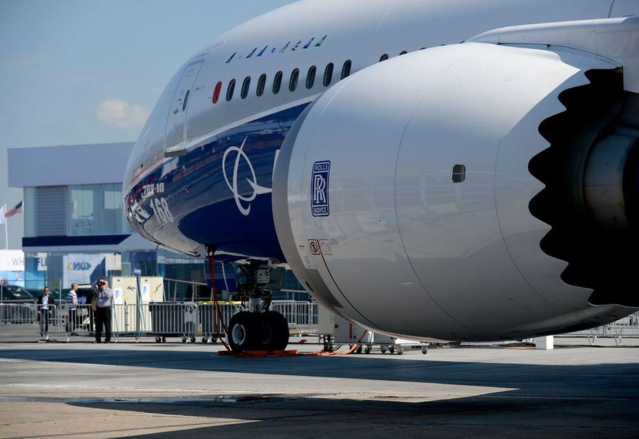 Bei der Luftfahrtmesse ist die gestreckte Dreamliner-Version Boeing 787-10 zu sehen.