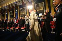 Papst Franziskus kommt in der St. Patrick's Hall im Dublin Castle an. Der Papst reist im Rahmen des Weltfamilientreffens zu einem zweitägigen Besuch nach Irland.