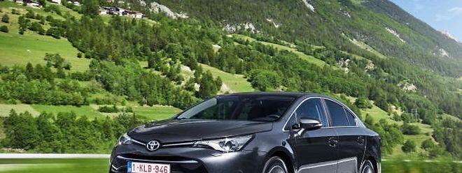 Die neu gestaltete Front streckt den Toyota Avensis um 40 Millimeter.