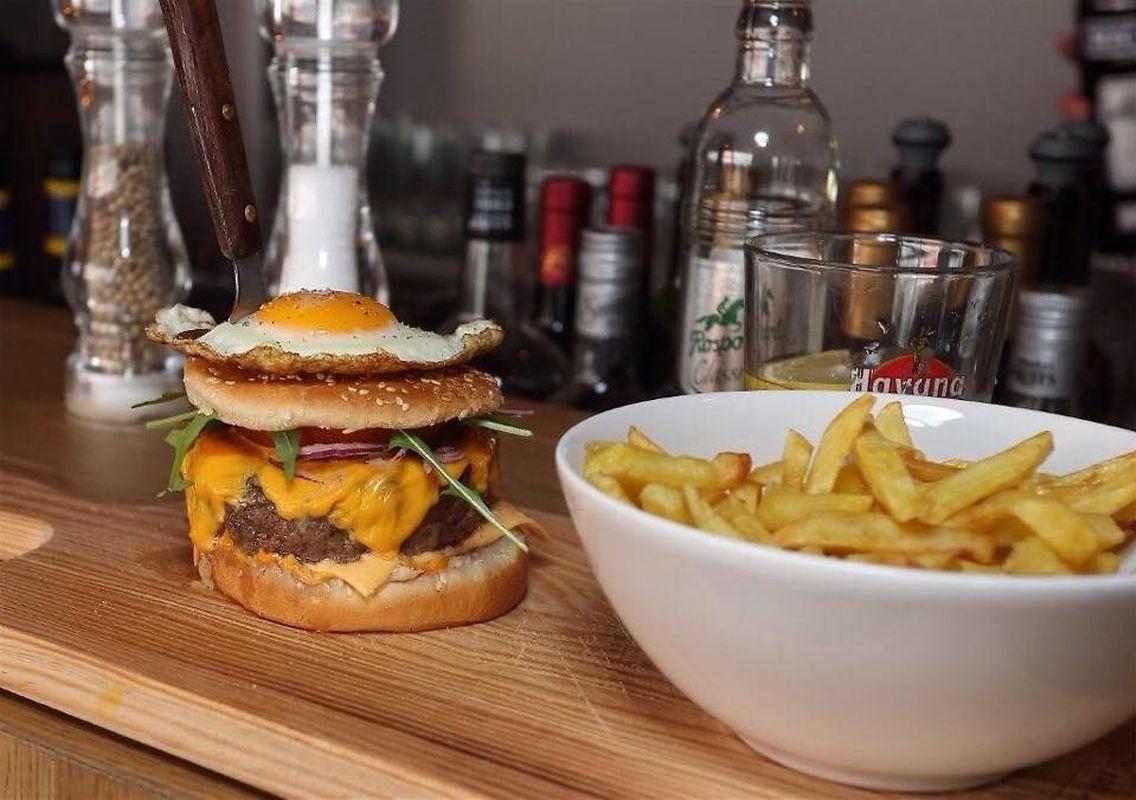 Os hambúrgueres são uma das especialidades da casa