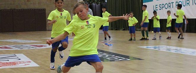 Cerca de três dezenas de jovens marcaram presença no estágio de futsal ministrado pelo Barcelona no pavilhão desportivo de Oberkorn