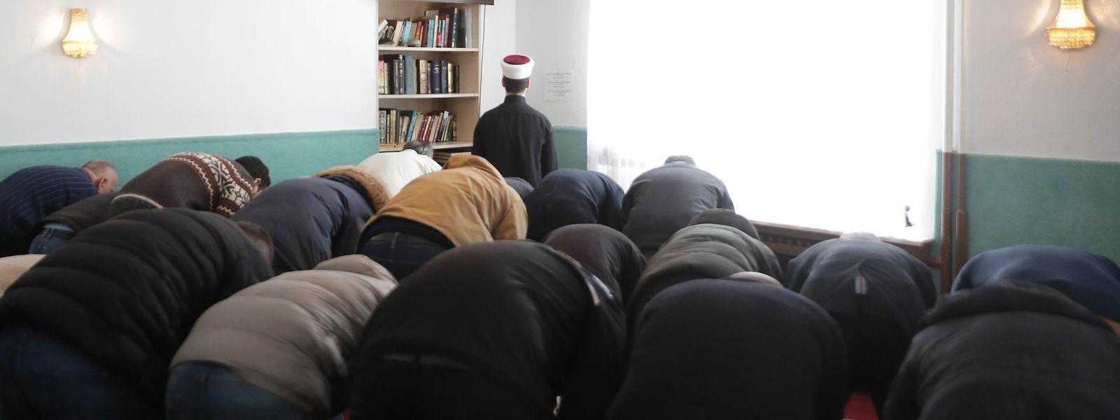 Prière du vendredi midi à la mosquée du Centre Culturel Islamique du Grand-Duché de Luxembourg à Mamer.