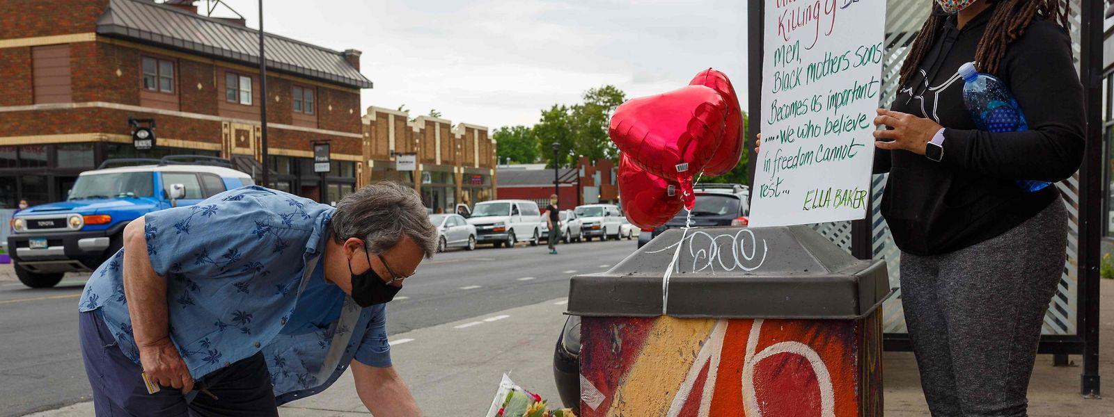 Demonstranten legen Blumen an der Stelle nieder, wo
