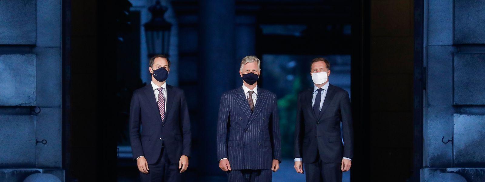 Le futur Premier ministre Alexander De Croo (à gauche) lundi lors d'une réunion avec le roi Philippe de Belgique (au centre) et Paul Magnette, maire de Charleroi.