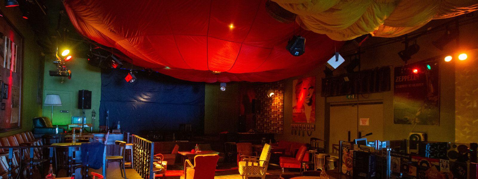 Unverkennbar: Seit Jahrzehnten hängt ein – originaler – Fallschirm von der Decke der Disco.