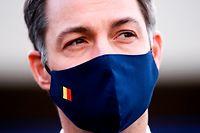 24.11.2020, Belgien, Br¸ssel: Alexander De Croo, Premierminister von Belgien, tr‰gt eine Mund-Nasen-Bedeckung bei seinem Besuch im Flughafen Br¸ssel-Zaventem. De Croo wird dort auch Mitglieder der Flughafengesellschaft treffen. Foto: Pool Christophe Licoppe/BELGA/dpa +++ dpa-Bildfunk +++