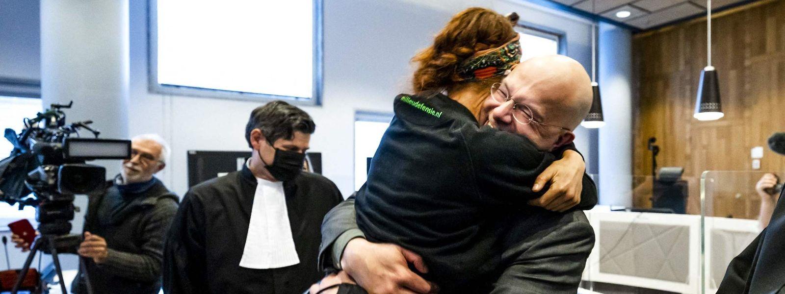 Nach der Verlesung des Urteils jubelten Dutzende im und vor dem Gericht - so laut, dass es noch im Saal zu hören war.