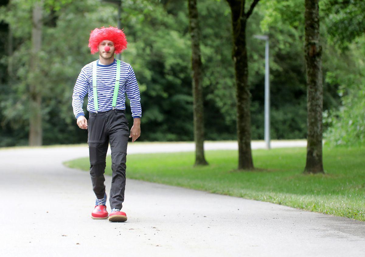 Voll kostümiert - mit Perücke, roter Nase und riesigen Schuhen - geht es auf Wanderschaft.