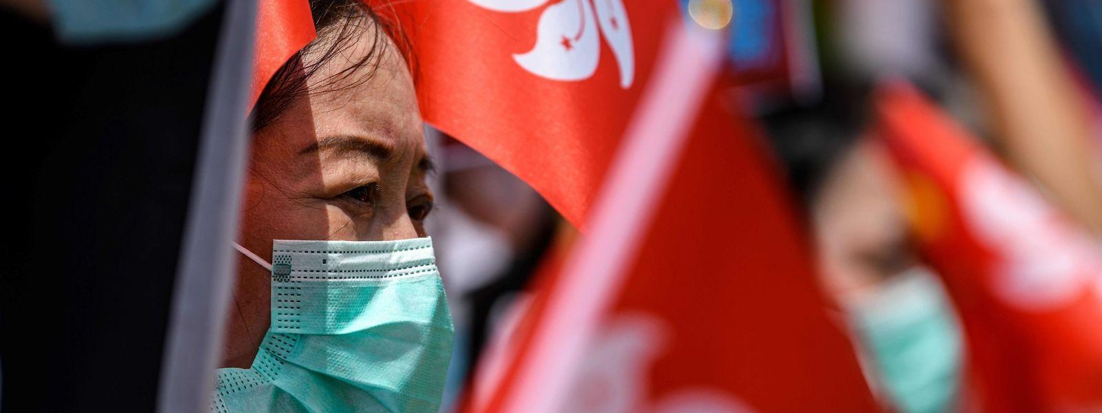 Eine pro-chinesische Demonstrantin auf einer Kundgebung, die das Gesetz begrüßt.
