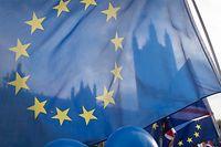 05.12.2018, Großbritannien, London: Anti-Brexit-Anhänger schwenken vor dem Parlament eine EU-Flagge. Das britische Unterhaus debattiert vom 04.12. an fünf Tage lang über das mit Brüssel ausgehandelte Brexit-Abkommen. Foto: Stefan Rousseau/PA Wire/dpa +++ dpa-Bildfunk +++