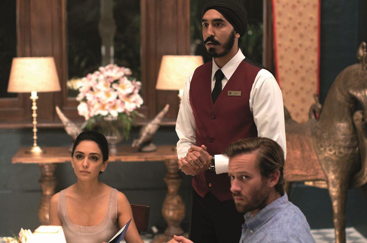 """Wer von ihnen wird den Terroristen am Ende entkommen? Nazanin Boniadi, Dev Patel und Armie Hammer (v.l.) kämpfen in """"Hotel Mumbai"""" um ihr Leben."""