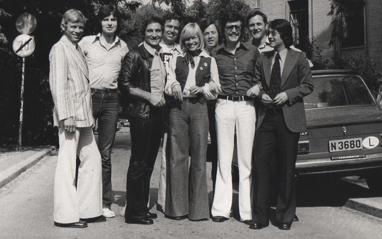 """Das Team von Radio Luxemburg mit Freddy Quinn (3.v.l.) vor der Villa Louvigny im Jahr 1973 – darunter """"Luxemburger Wort""""-Autor Rainer Holbe (4. v. l.) und das heutige Geburtstagskind Frank Elstner (r.)."""