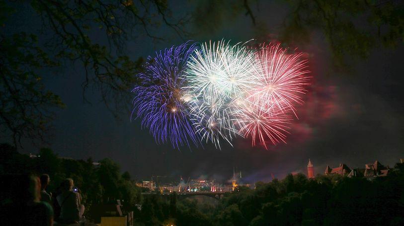 Die Nationalfarben als Feuerwerk über der Stadt.