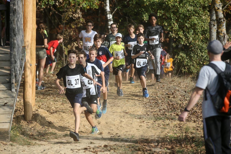 Zahlreiche Schüler profitierten vom guten Wetter, um am Laufwettbewerb teilzunehmen.