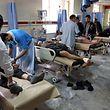 Verletzte werden am 27.01.2018 in Kabul (Afghanistan) nach einem Anschlag in einem Krankenhaus medizinisch versorgt. Bei dem schweren Anschlag im Zentrum der afghanischen Hauptstadt hat es nach offiziellen Angaben bisher mindestens 40 Tote und 140 Verletzte gegeben. Die radikalislamischen Taliban haben den Anschlag f¸r sich reklamiert. Foto: Rahmat Gul/AP/dpa +++ dpa-Bildfunk +++