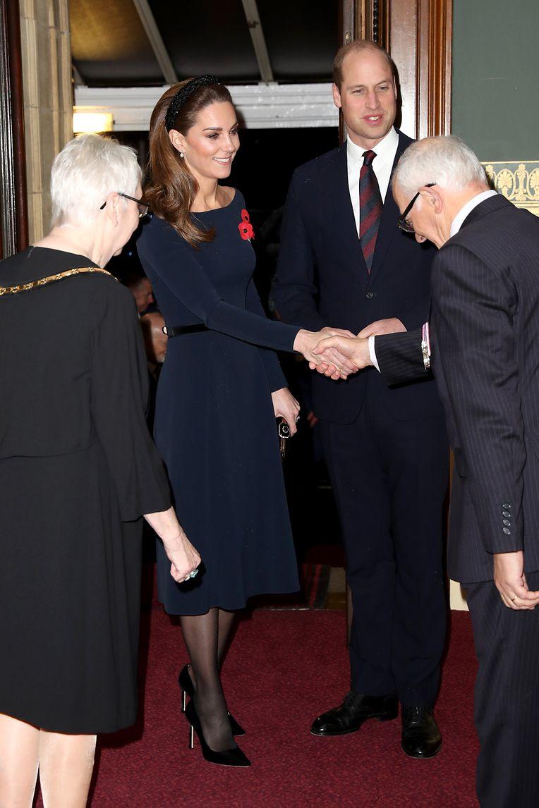 09.11.2019, Großbritannien, London: Der britische Prinz William (2.v.r), Herzog von Cambridge, und seine Frau Kate, besuchen das jährliche Royal British Legion Festival of Remembrance in der Royal Albert Hall. Der Remembrance Day wird in den Ländern des Commonwealth am 11. November gefeiert, um gefallenen Soldaten zu gedenken. Foto: Chris Jackson/PA Wire/dpa +++ dpa-Bildfunk +++
