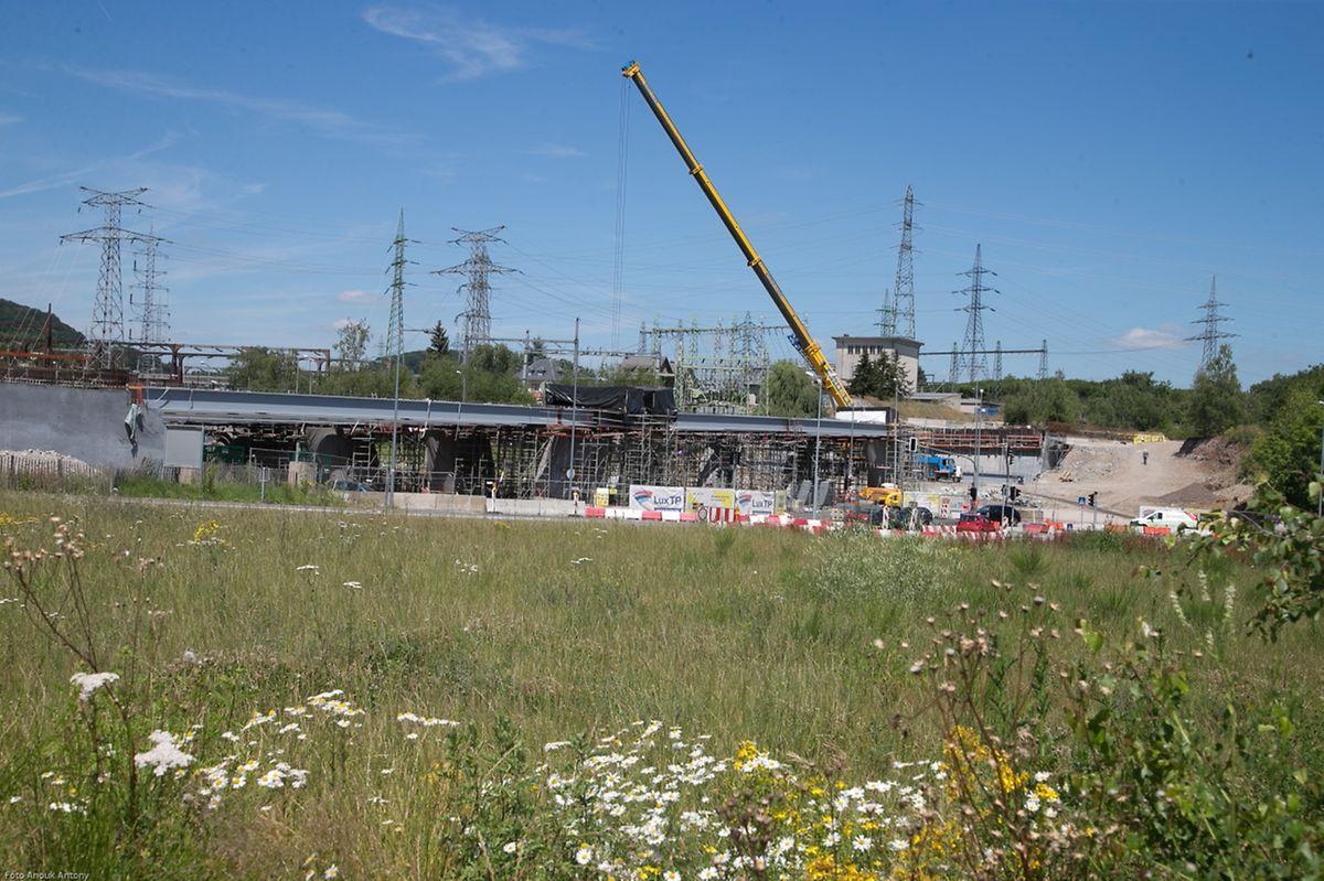 Die Autobahnbrücke für die Liaison Micheville besteht aus 16 Reihen von Stahlträgern.