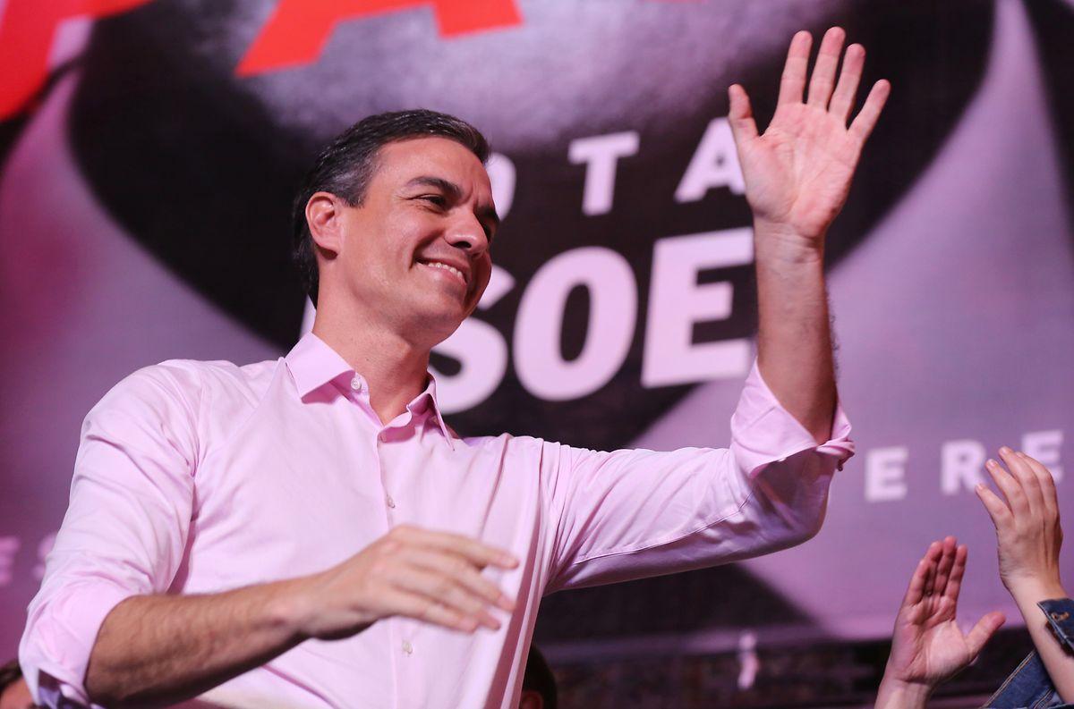 Pedro Sanchez, Ministerpräsident von Spanien und Kandidat der sozialistischen Partei (PSOE), jubelt seinen Anhängern am Wahlabend zu.