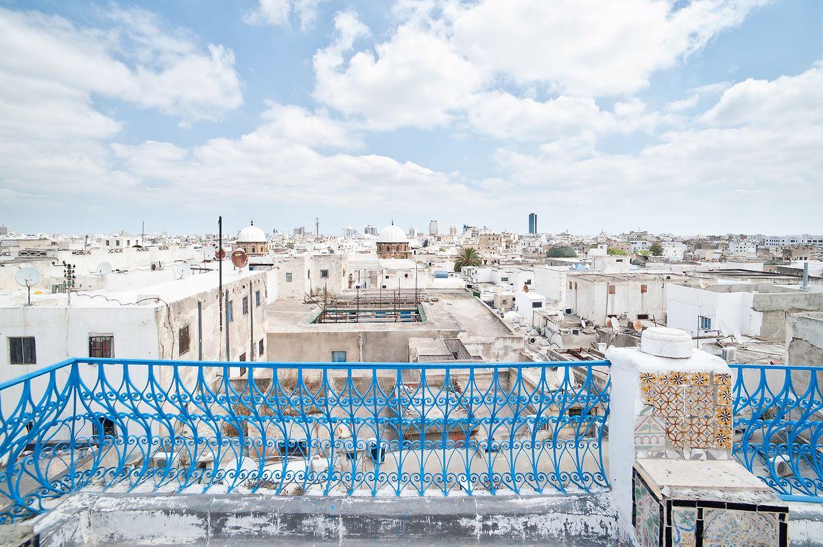 La vieille ville de Tunis invite avec ses ruelles et passages voûtés.