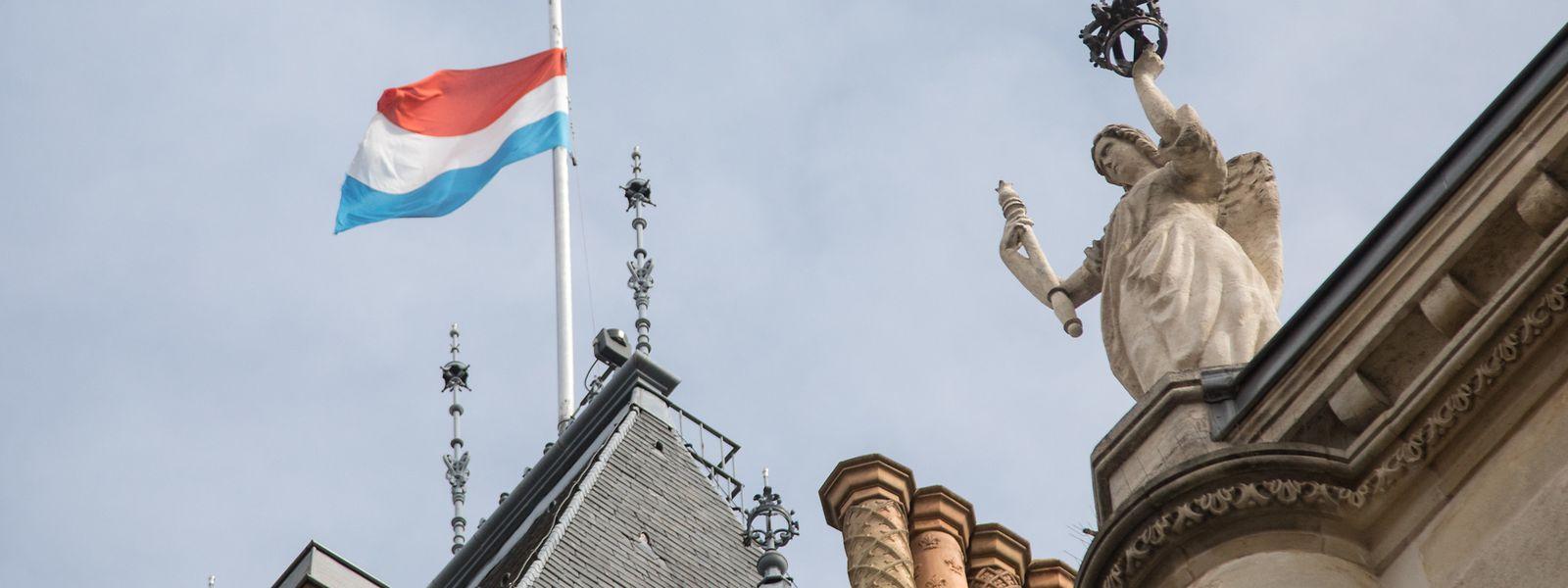 Nicht nur über dem großherzoglichen Palast wehten ab Dienstag die Flaggen auf Halbmast.