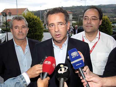 António José Seguro (C), candidato às primárias do PS e secretário geral do partido, fala aos jornalistas pouco antes de participar no encerramento do Congresso Federativo do PS/Guarda em Celorico da Beira, 21 de setembro de 2014.  MIGUEL PEREIRA DA SILVA / LUSA