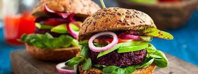 Es muss nicht immer Fleisch sein: Leckere Burger lassen sich auch mit vegetarischen Pattys aus roter Bete oder Quinoa kreieren.